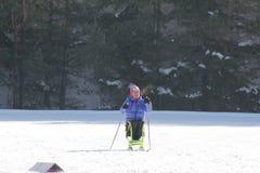 KAZAN, RÚSSIA - EM MARÇO DE 2018: Participante deficiente do esquiador na esqui-trilha na maratona do esqui Imagem de Stock Royalty Free