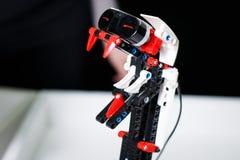 Kazan, Rússia em março de 2018: Um grupo de robôs antigos pequenos na cidade do ` da exposição do ` dos robôs fotografia de stock