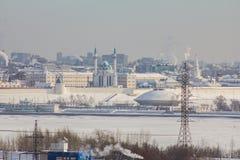 Kazan, Rússia, o 9 de fevereiro de 2017 - Kazan, república de Tartaristão, Rússia Vista do Kremlin de Kazan da zona industrial de imagens de stock royalty free