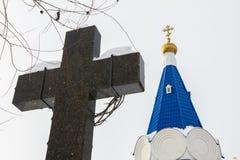 Kazan, Rússia, o 9 de fevereiro de 2017, monastério de Zilant - a construção ortodoxo a mais velha na cidade - cruz do granito na Imagens de Stock