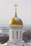 Kazan, Rússia, o 9 de fevereiro de 2017, monastério de Zilant - a construção ortodoxo a mais velha na cidade - cruz dourada na ab Imagens de Stock