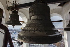 Kazan, Rússia, o 9 de fevereiro de 2017, sino grande do ferro na torre principal do monastério de Zilant - a construção ortodoxo  Fotos de Stock Royalty Free