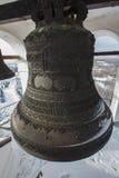 Kazan, Rússia, o 9 de fevereiro de 2017, sino grande do ferro na torre principal do monastério de Zilant - a construção ortodoxo  Imagens de Stock Royalty Free