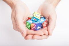 KAZAN, R?SSIA - 27 de janeiro de 2018: cubos de papel da posse da m?o dos homens com logotipos sociais populares dos meios foto de stock royalty free