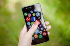 KAZAN, R?SSIA - 6 DE JUNHO DE 2018: Mulher que aponta em ?cones sociais dos meios foto de stock