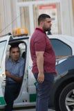 KAZAN ROSJA, CZERWIEC, - 22, 2018: Dwa męskiego taksówkarza dyskutuje inny przy ruchu drogowego dżemem Zdjęcie Royalty Free