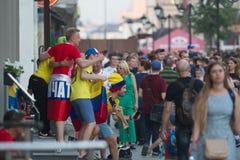 KAZAN ROSJA, CZERWIEC, - 22, 2018: FIFA puchar świata - Grop rozochoceni fan piłki nożnej pozuje dla photogtaph przy Bauman Zdjęcie Royalty Free