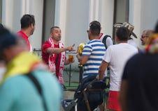 KAZAN ROSJA, CZERWIEC, - 22, 2018: FIFA puchar świata - mężczyzna fan piłki nożnej z piwem opowiada przy Bauman ulicą Obraz Stock