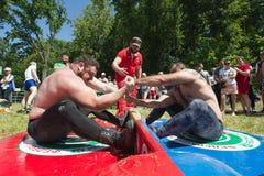 KAZAN ROSJA, CZERWIEC, - 23, 2018: Tradycyjny Tatar festiwal Sabantuy - Silni mięśniowi mężczyzna w bitwie ciągnąć kij obraz stock