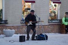 Kazan Rosja, Grudzień, - 11, 2016: uliczny muzyk przy zimy zimną zwyczajną strefą - baumana, gitarzysta zabawę Zdjęcia Stock