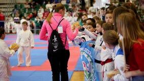 Kazan, Rosja, 8 2017 Kwiecień, pałac pojedynczy walki ` Ak Zakazuje ` dzieciaków karate rywalizację WKF - atlety dają Tatar zbiory