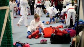 Kazan, Rosja, 8 2017 Kwiecień, pałac pojedynczy walki ` Ak Zakazuje ` dzieciaków karate rywalizację WKF - dziewczyna sportowa kar zdjęcie wideo