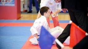 Kazan, Rosja, 8 2017 Kwiecień, pałac pojedynczy walki ` Ak Zakazuje ` dzieciaków karate rywalizację WKF - nastolatek kucający wew zdjęcie wideo