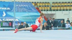 KAZAN ROSJA, KWIECIEŃ, - 18, 2018: rosjanin gimnastyk mistrzostwo - Młoda męska gimnastyczka wykonuje na sądzie zbiory wideo