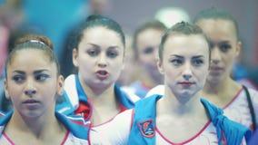 KAZAN ROSJA, KWIECIEŃ, - 19, 2018: rosjanin gimnastyk mistrzostwo - Młode żeńskie gimnastyczki przy parada zdjęcie wideo