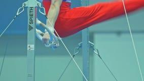 KAZAN ROSJA, KWIECIEŃ, - 18, 2018: rosjanin gimnastyk mistrzostwo - Mięśniowy mężczyzna atlety kłębienie na gimnastycznych pierśc zdjęcie wideo
