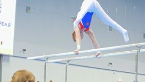 Kazan Rosja, Kwiecień, - 18, 2018: rosjanin gimnastyk mistrzostwo - Mięśniowy męski gimnastyczki spełnianie na nierównych barach zdjęcie wideo