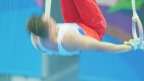 KAZAN ROSJA, KWIECIEŃ, - 18, 2018: rosjanin gimnastyk mistrzostwo - Mięśniowy młody atlety spełnianie na gimnastycznym zbiory wideo