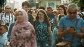 Kazan, Rosja - 14 2019 Lipiec: Duży tłum ludzie chodzi na ulicach - różnorodność ludzie zbiory