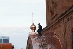KAZAN, ROSJA, 19 2016 LISTOPAD, dacharza naprawiania ortodox wierzących ` Stary kościół w zimy zimna dniu dach obraz stock