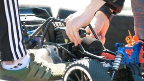 Kazan Rosja, Maj, - 26, 2018: Otwarcia Moto sezonu Kazanring jar - Męskich ręk remontowy radio kontrolował samochód rasy zbiory