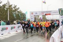 KAZAN, ROSJA - 23, 2017: maratonów biegacze przy początkiem Kazan M Obrazy Royalty Free