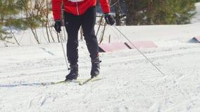 KAZAN ROSJA, Marzec, -, 2018: narciarka bieg jeździć na łyżwach kroka na narciarskim śladzie koniec zima maraton zbiory