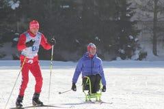 KAZAN ROSJA, MARZEC, -, 2018: Narciarka i niepełnosprawna narciarka na śladzie na miasto rywalizacj przez cały kraj narciarstwie Fotografia Royalty Free
