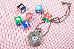 KAZAN ROSJA, Marzec, - 06, 2018: papierowi sześciany z popularnymi ogólnospołecznymi sieć logo, zegarami i zdjęcia stock