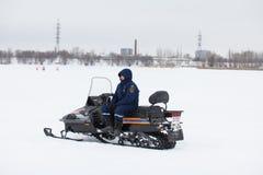 KAZAN ROSJA, STYCZEŃ, - 19, 2017: Rosjanina MoE ratownik z snowmobile - ratownik na lodzie przy zima dniem podczas Chrystus ` s fotografia stock