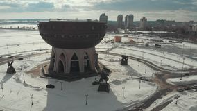 Kazan, Rusia 16-03-2019: Vista panorámica de la vista del cuenco de Kazán Silueta del hombre de negocios Cowering almacen de metraje de vídeo