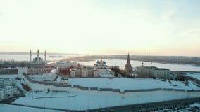 Kazan, Rusia 16-03-2019: Vista panorámica del Kazán el Kremlin en el invierno Silueta del hombre de negocios Cowering almacen de metraje de vídeo