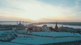 Kazan, Rusia 16-03-2019: Vista panorámica del Kazán el Kremlin en el tiempo del invierno Silueta del hombre de negocios Cowering almacen de metraje de vídeo