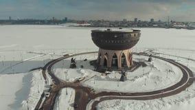 Kazan, Rusia 16-03-2019: Vista panorámica del Kazán en el invierno Una vista en la costa Silueta del hombre de negocios Cowering almacen de metraje de vídeo