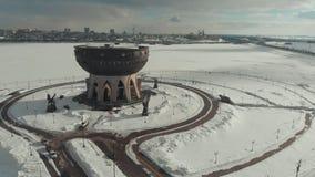 Kazan, Rusia 16-03-2019: Vista panorámica del Kazán en el invierno Una vista nacional Silueta del hombre de negocios Cowering metrajes