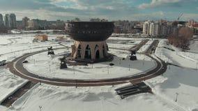 Kazan, Rusia 16-03-2019: Vista panorámica del Kazán Una vista en la costa Una construcción en el fondo metrajes