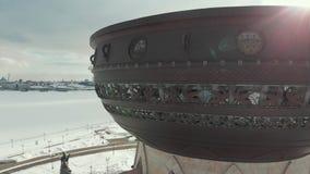 Kazan, Rusia 16-03-2019: Vista panorámica del Kazán Una vista en la costa Silueta del hombre de negocios Cowering almacen de metraje de vídeo