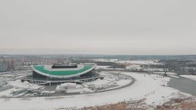 Kazan, Rusia 16-03-2019: Vista panor?mica del estadio de los deportes de Kaz?n Silueta del hombre de negocios Cowering almacen de metraje de vídeo
