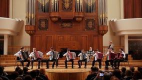 Kazan, Rusland - april 15, 2017: De Grote Concertzaal die van de Saydashevstaat - orkest van accordeonisten uitvoeren - kinderen