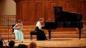Kazan, Rusland - april 15, 2017: De Grote Concertzaal van de Saydashevstaat - het twee tienersmeisje speelt pianoforte en mandoli