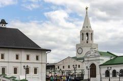 Kazan, Rusland - Augustus 9, 2018: Weergeven van de Spasskaya-Toren van de Verlosser van Kazan het Kremlin De witte Toren van ste royalty-vrije stock afbeeldingen