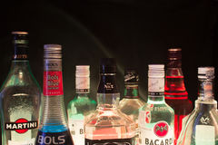 Kazan, Rusland 25 02 2017: De overvloedsflessen alcohol drinkt op een rij stock fotografie