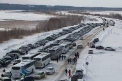 Kazan, Rusland - 28 februari 2017 - Sviyazhsk-Eiland - Parkeren met sneeuw behandelde auto's - Carnaval-viering Royalty-vrije Stock Foto
