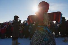 Kazan, Rusland - 28 februari 2017 - Sviyazhsk-Eiland: Russisch etnisch Carnaval Maslenitsa - een verzamelde menigte van mensen royalty-vrije stock afbeelding