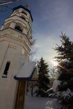 Kazan, Rusland, 9 februari 2017, Zilant-klooster - oudste orthodoxe kerk in stad - de zonnige dag van de de wintersneeuw Stock Foto