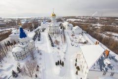 Kazan, Rusland, 9 februari 2017, Zilant-klooster - oudste orthodoxe plaats - typisch Russisch landschap, luchtmening, wijd stock foto
