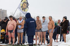 KAZAN, RUSLAND - JANUARI 19, 2017: Het doopselvakantie van Jesus Christ ` s op kazankarivier Het traditionele de winter baden in  royalty-vrije stock fotografie
