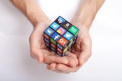 KAZAN, RUSLAND - Januari 27, 2018: Man hand houdt een kubus met inzameling van populaire sociale die media emblemen op zelfkleven stock fotografie
