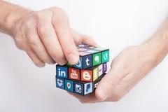 KAZAN, RUSLAND - Januari 27, 2018: Man hand houdt een kubus met inzameling van populaire sociale media emblemen royalty-vrije stock afbeeldingen