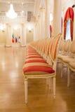 KAZAN, RUSLAND - 16 JANUARI 2017, Stadhuis - luxe en mooie toeristische plaats - antieke stoelen gouden balzaal Stock Fotografie